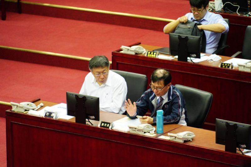 台北市長柯文哲21日到議會針對預算案進行報告。而針對悠遊付綁定三倍券的補助,議員質疑成效不彰。