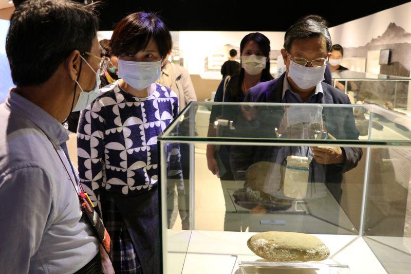 ▲諮詢委員參觀八里地方特展,肯定博物館與在地連結(圖/十三行博物館提供)