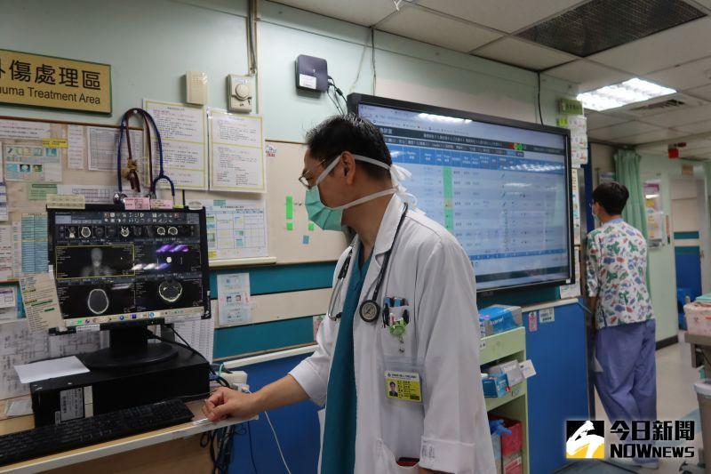 ▲秀傳醫院引進「AI腦出血自動判讀」技術,透過人工智慧軟體結合醫院影像與資訊系統,可快速讓疑似「腦出血」患者進入下一步處置和治療。(圖/記者陳雅芳攝,2020.10.21)