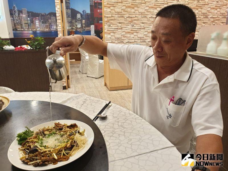 ▲陸星璋細數江浙名菜,這道炒鳝糊最後淋熱油工夫很重要,是提香關鍵。(圖/記者金武鳳攝,