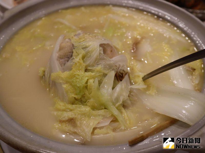 ▲這道白菜雞湯先將雞肉燉到骨肉酥嫩,湯汁濃郁,起鍋前加入白菜更添鮮甜好滋味。(圖/記者金武鳳攝,2020.10.22)