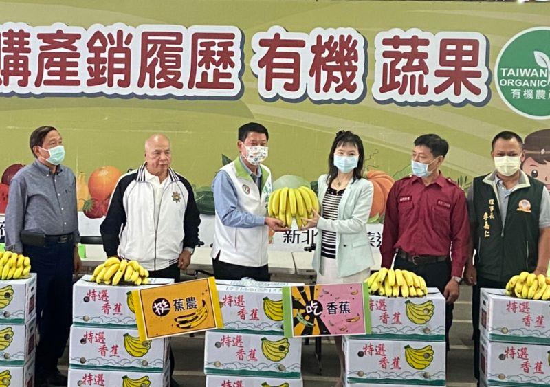 挺<b>蕉農</b>!新北市議員陳啟能認購6000公斤香蕉贈學童