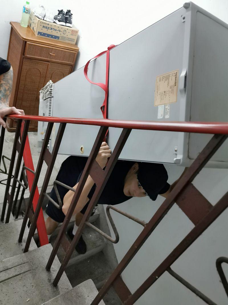 ▲廖威廉體驗搬家工人,扛著冰箱爬5樓。(圖