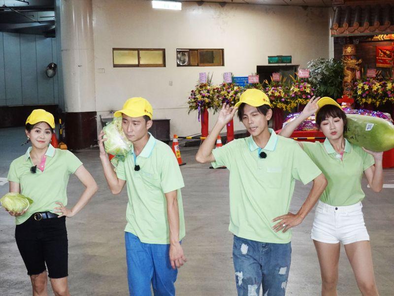▲林柏妤(左起)、浩子、阿翔、籃籃體驗市場拍賣員工作。(圖/民視提供)