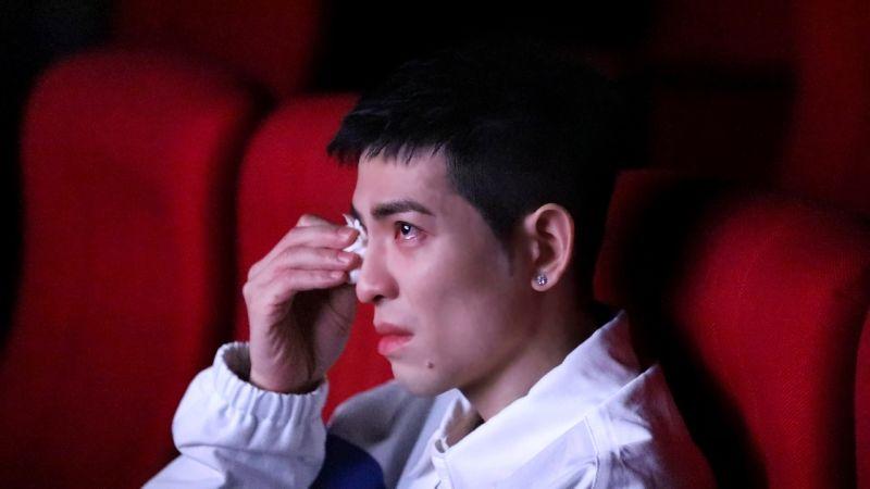 ▲蕭敬騰看代理孕母紀錄短片《非法母親》,泣不成聲。(圖/向上科技教育基金會)