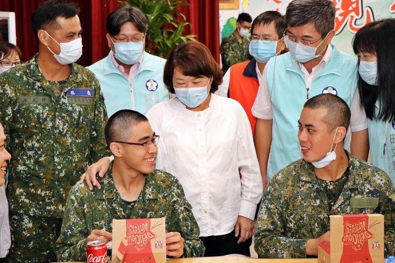 勇媽黃敏惠市長貼心的到每一桌逐一關心每一位役男在軍中的生活狀況。(圖/嘉義市政府提供)