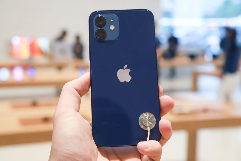 正妹拿iPhone7堅持不換i12!「真實原因」曝光:跟鬼一樣