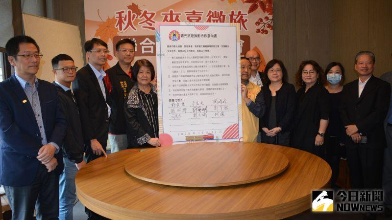 ▲14家旅行業者簽署觀光旅遊推動合作意向書。(圖/記者郭政隆攝影2020.10.23)