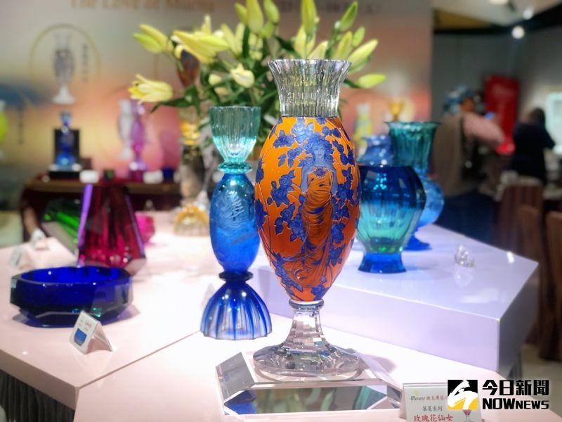▲「摩瑟水晶」獲得新藝術運動大師「慕夏」家族授權,重塑慕夏8款著名畫作。(圖/記者陳美嘉攝,2020.10.23)