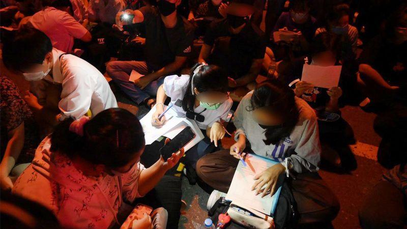 抗爭不忘讀書!泰生學運現場寫作業 仍要為民主而戰