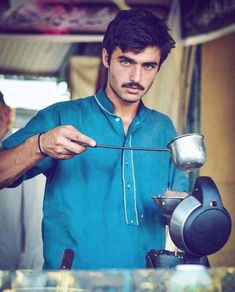 ▲年紀僅18歲的他靠在市場裡賣茶養家,意外被女性攝影師Jiah