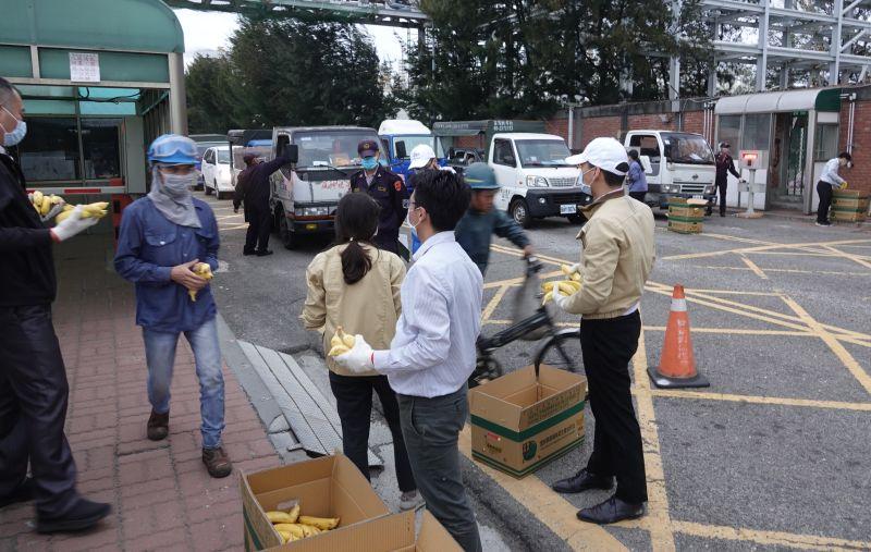 ▲剛下班員工及包商人手一把香蕉。(圖/記者蘇榮泉攝,2020.10.23)