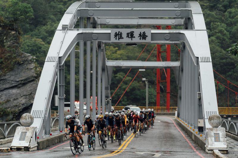 ▲2020臺灣自行車登山王挑戰,選手行經稚暉橋。(圖/中華民國自行車騎士協會