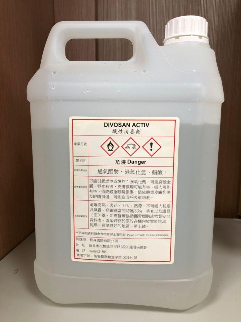 ▲不法廠商涉嫌進口非醫療用消毒水,以假換真包裝貼上有合格衛署字樣消毒劑販售。(圖/記者陳雅芳翻攝,2020.10.23)