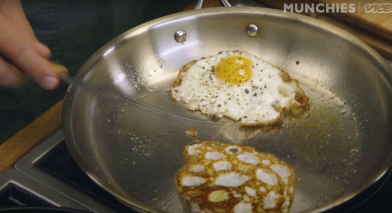 ▲布朗開始煎蛋,並且撒上胡椒提味。(圖|翻攝自影片)