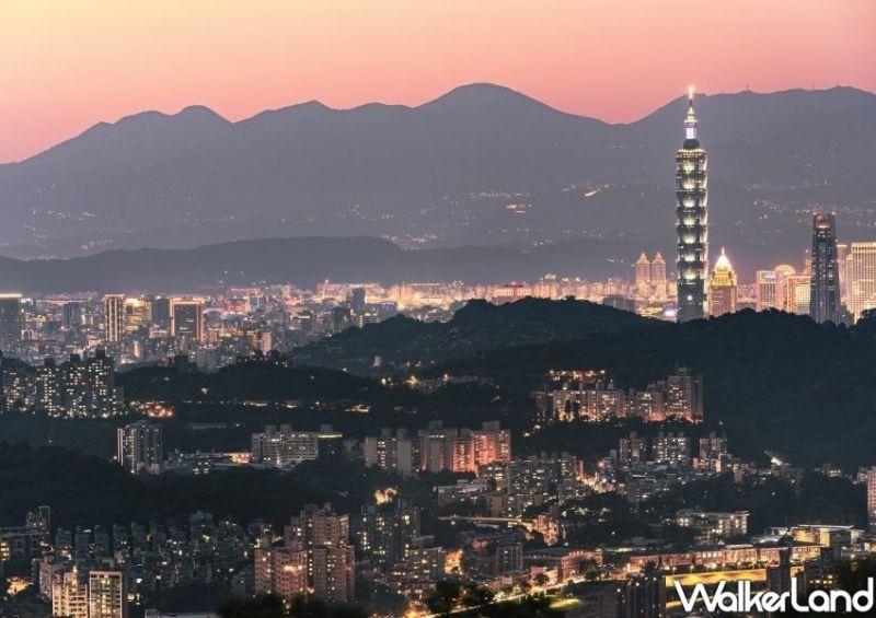 ▲到了夜晚就一定要看一場百萬夜景秀,不論是在「樟山寺」還是較為隱密的「望遠亭」,都可以將大台北夜景一覽無遺。(圖|台北市政府/Taipei