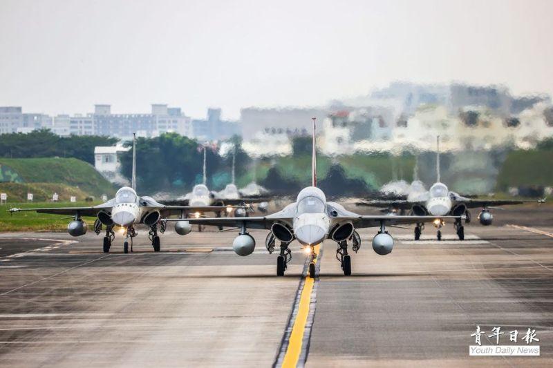 1聯隊編隊9架IDF型戰機於跑道上滑行,以大象漫步之姿,展現王者歸來的磅礡氣勢。