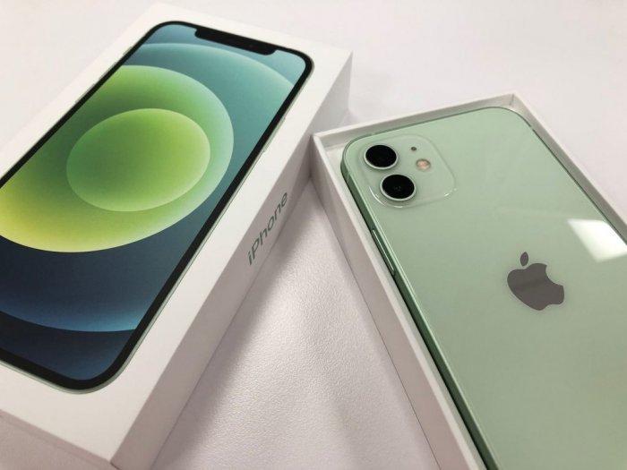 ▲從照片中可以看到,iPhone12「粉嫩綠」的顏色,似乎比iPhone11的「夜幕綠」看起來更優雅,更像醫用口罩上的顏色。(圖/翻攝自《Dcard》)
