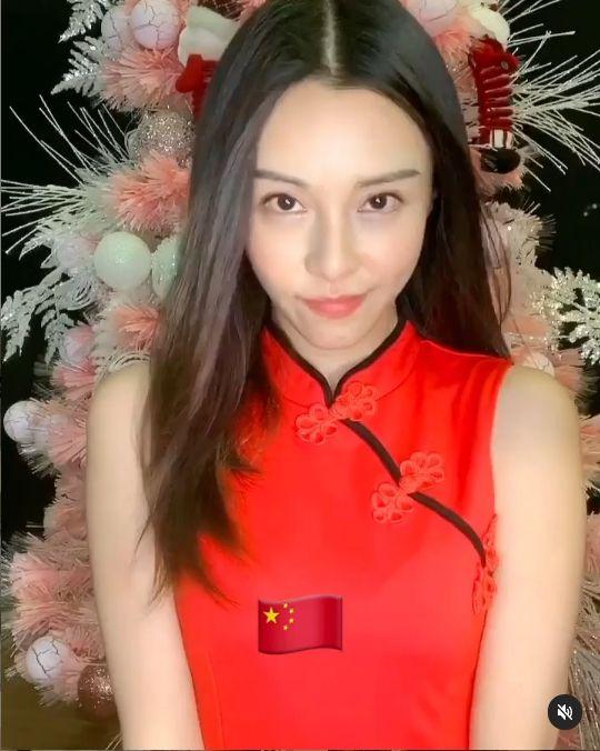 ▲李元玲穿上紅色旗袍。(圖/李元玲