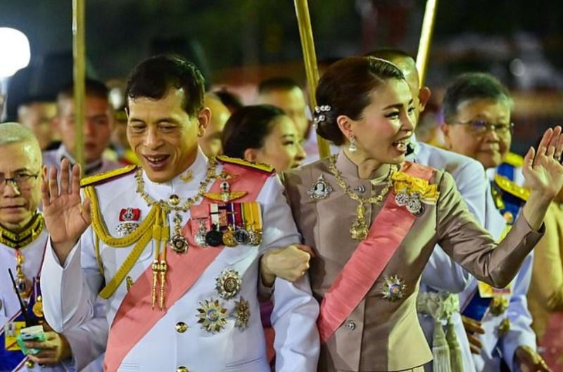 ▲瓦吉拉隆功與王后蘇堤達 23 日在曼谷大皇宮外接見民眾。(圖/翻攝自每日郵報)