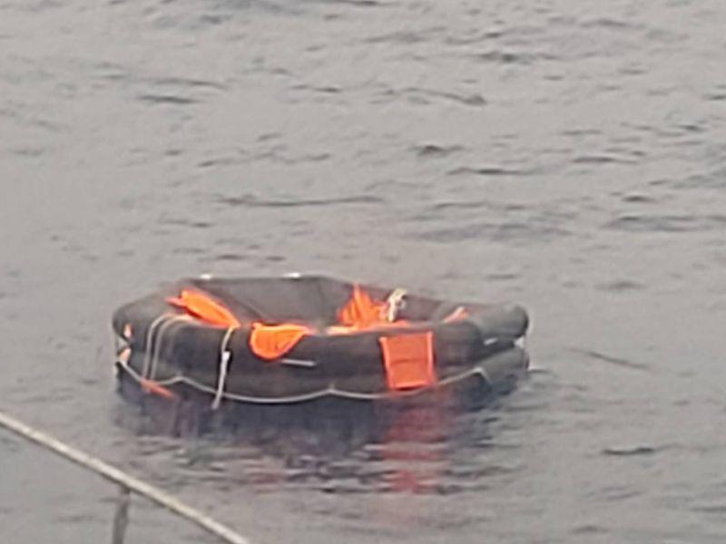 ▲在搜救過程中,高雄艦人員在海面發現救生筏,但裡面無船員。(圖/記者黃守作翻攝)