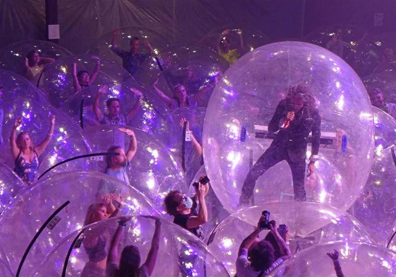 ▲美國「烈焰紅唇」樂團日前舉辦演唱會,團員和觀眾全程都在泡泡內,可說最佳防疫代言人。(圖/翻攝自waynecoyne5的IG)