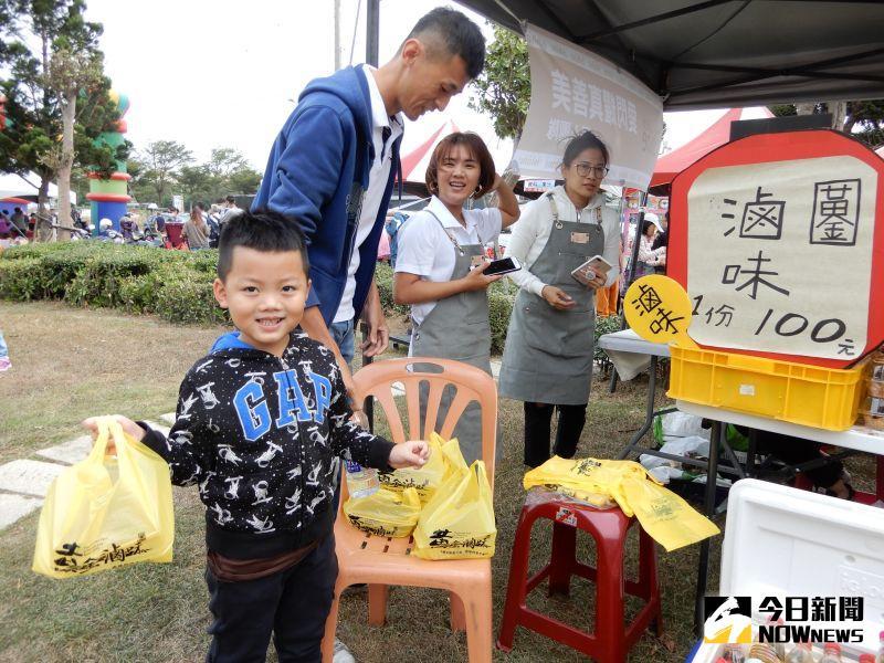 ▲家長、志工們陪伴著喜樂的孩子,到每個攤位購買自己喜歡的食物,處處充滿著愛與溫馨。(圖/記者陳雅芳攝,2020.10.24)