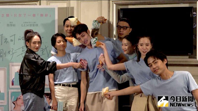 ▲曹佑寧(中)雖然最後才出現宣傳,但其他演員都願意陪他一起謝票。(圖/記者陳明安攝)