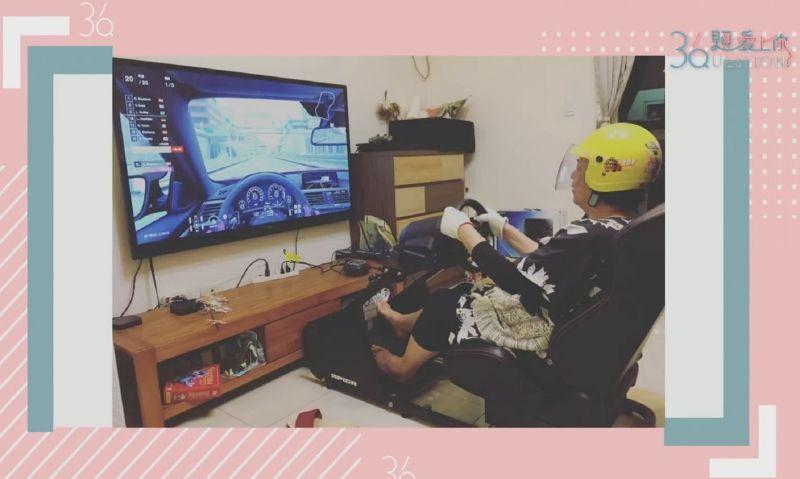 ▲Matzka讓媽媽戴上頭盔、手套打賽車電玩。(圖/公視提供)