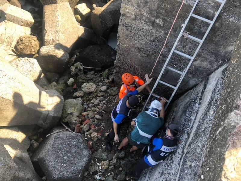 ▲海巡署協同琉球消防分隊人員合力將傷者救起。(圖/海巡署第5岸巡隊提供)