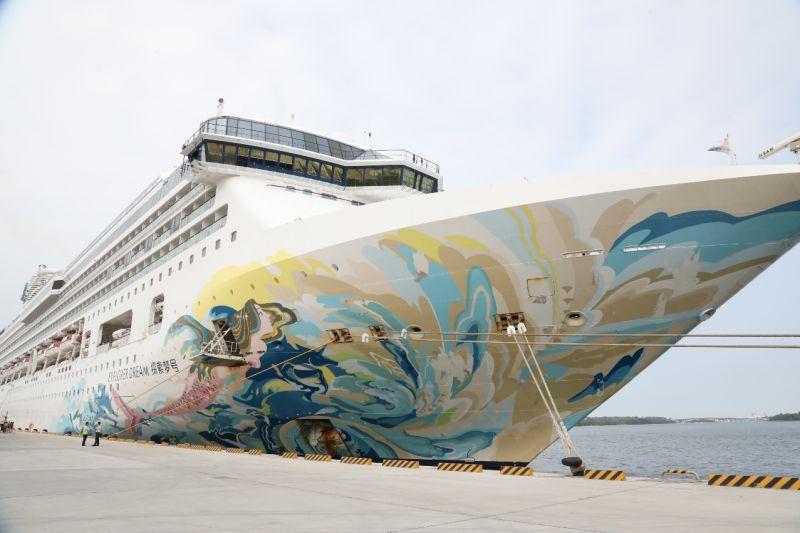 國際級環島郵輪「星夢郵輪探索夢號」首航靠泊台南安平港