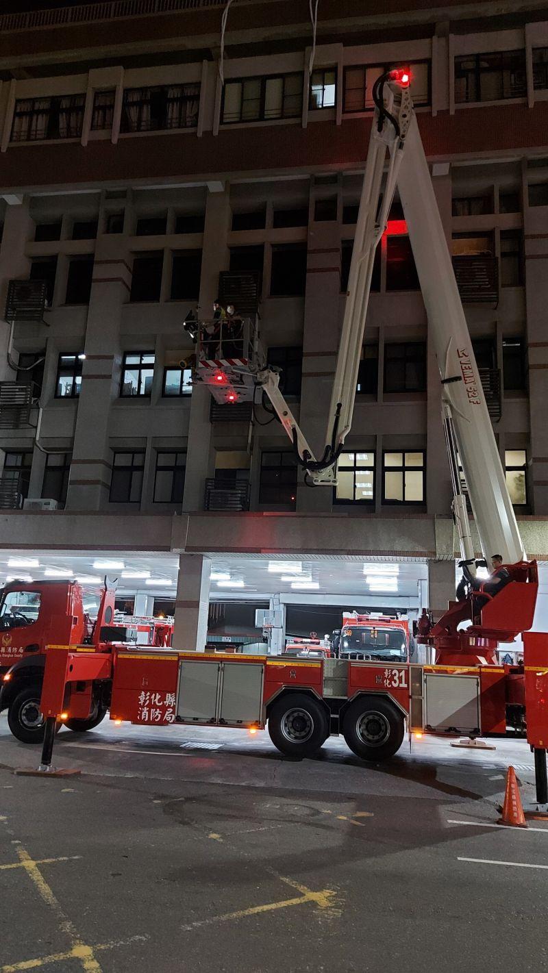 ▲50公尺雲梯消防車進行夜間測試。(圖/記者葉靜美攝,2020.10.26)