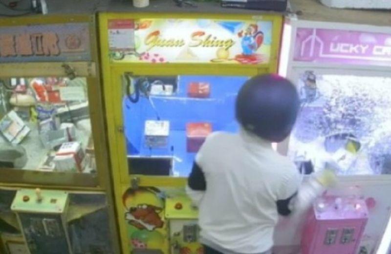▲警方調閱監視器發現張簡戴著安全帽進入選物店,對著娃娃機玻璃一陣猛砸,而且連續好幾台,破壞後竊取裏頭的公仔、洗衣球多樣的物品。(圖/記者郭凱杰翻攝)