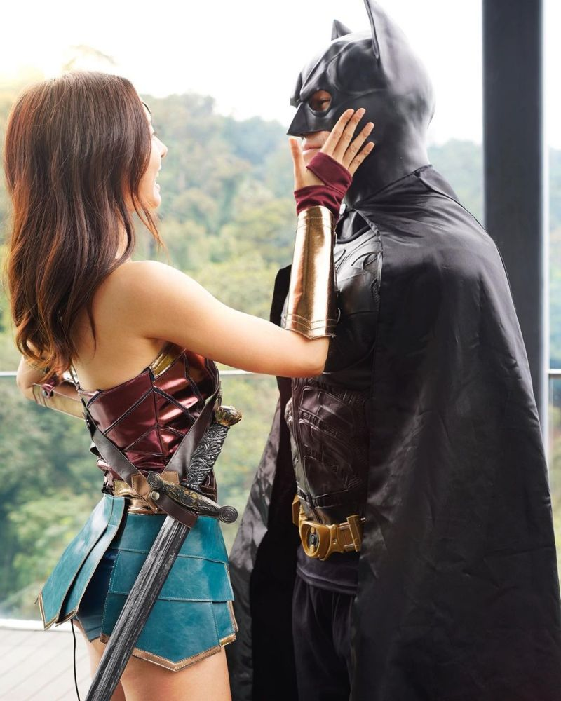 ▲李元玲(左)與1名扮成蝙蝠俠的男子深情對望。(圖/李元玲