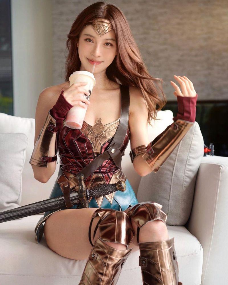 ▲李元玲坐在沙發上撩髮、喝飲料的畫面十分迷人。(圖/李元玲