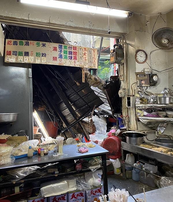 嘉義市東市場牆面掉落,素食店攤商遭砸,老闆及老闆受傷。(圖/嘉義市政府提供)