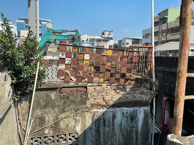 ▲外牆破損墜落的區域。(圖/嘉義市政府提供)