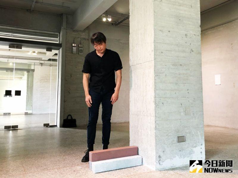▲賴志盛將創作的重心自畫布移轉至空間,於現地創作的6件作品,媒材選用皆和場館空間、建築歷史有著密切關聯。(圖/記者陳美嘉攝,2020.10.27)