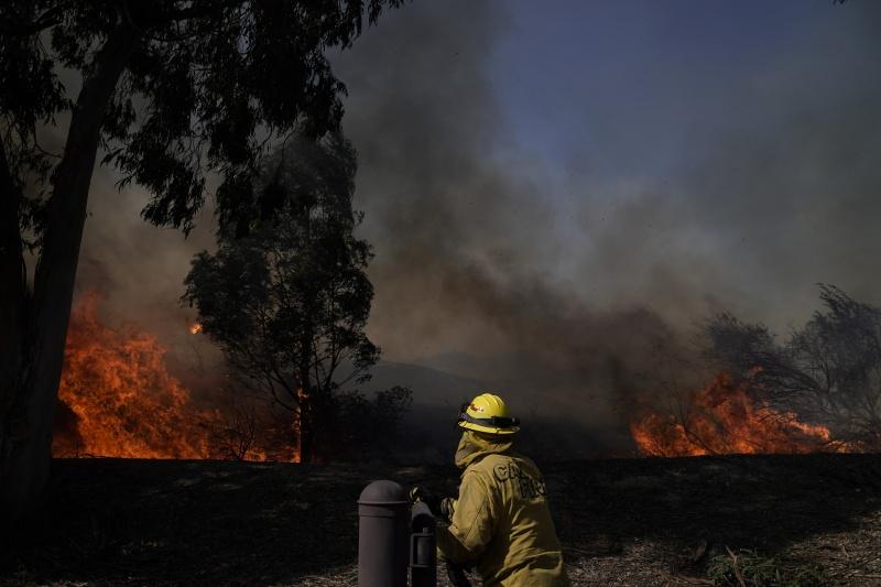 乾燥強風助長 加州近郊爆<b>野火</b>10萬人逃離家園