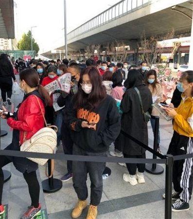 ▲河南民眾紛紛到當地首間7-11外排隊朝聖。(圖/翻攝微博)