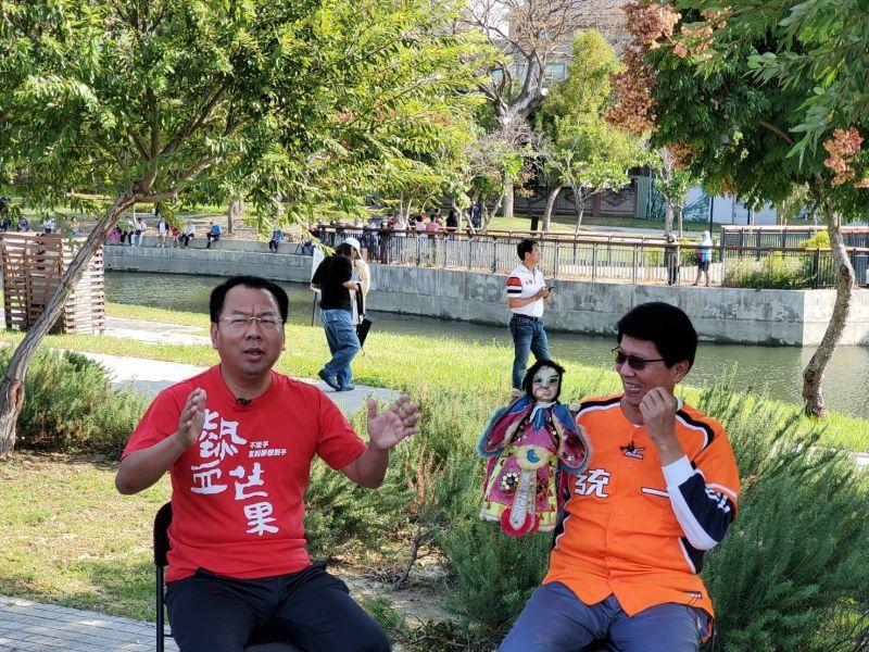 ▲謝龍介身著代表台南的統一獅隊橘色隊服,帶著難兄難弟秘雕現身會場(圖/柳榮俊攝2020.10.27)