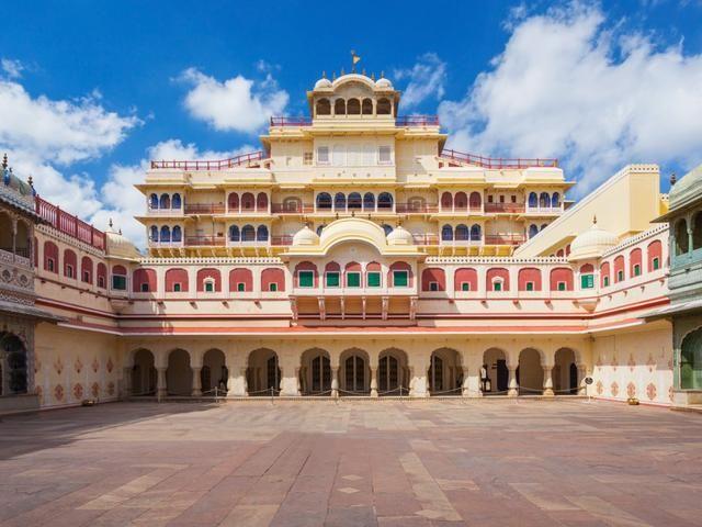 ▲該王室在齋浦爾的宮殿自1727年就存在,並經歷各時期的翻修,雖然歷史悠久卻仍然相當華美。(圖/翻攝自IG)