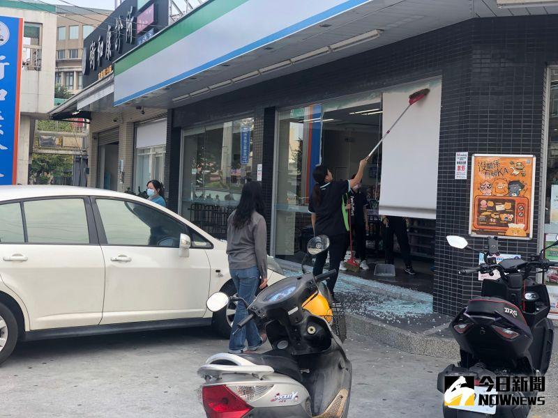 ▲和美鎮鹿和路六段、和美鎮公所對面的一間超商發生自小客車撞進超商事件。(圖/記者陳雅芳攝,2020.10.27)