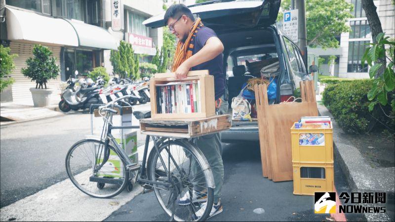 ▲王政中受到日本東京以箱型車作為移動書店的概念,創立腳踏車書店。(圖/記者詹皓帆攝)