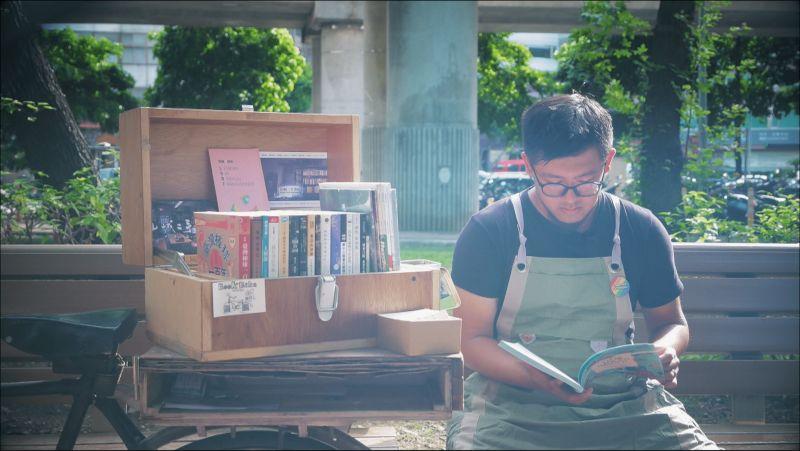 ▲王政中跟著書店一起到不同的地方擺攤,也接觸了不同的人群。(圖/記者詹皓帆攝)