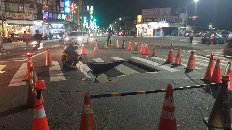 高市左營道路驚現約3公尺「<b>天坑</b>」 塌陷原因釐清中