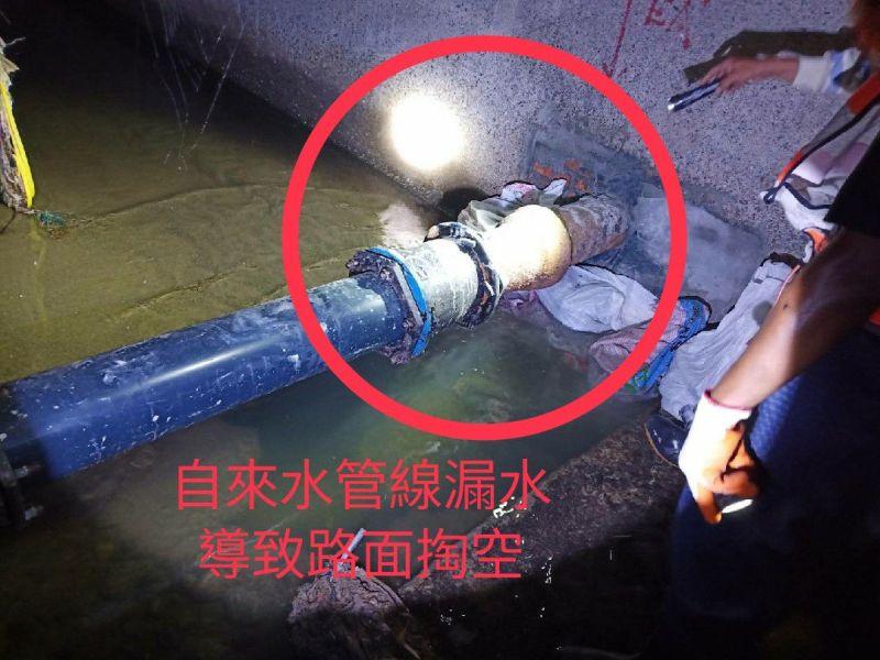 左營大路及海功路口路面掏空 確認為自來水管線破損造成