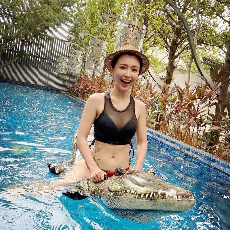▲吳婉君在泳池裡騎鱷魚。(圖/