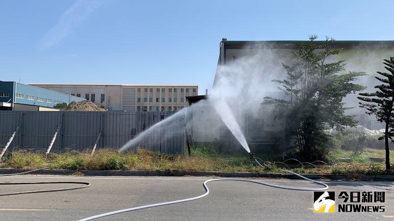 ▲鹿港彰濱內的工廠因施工挖斷天然氣管線後,消防人員前往先確定水源後,並劃出警戒區。(圖/記者陳雅芳翻攝,2020.10.28)