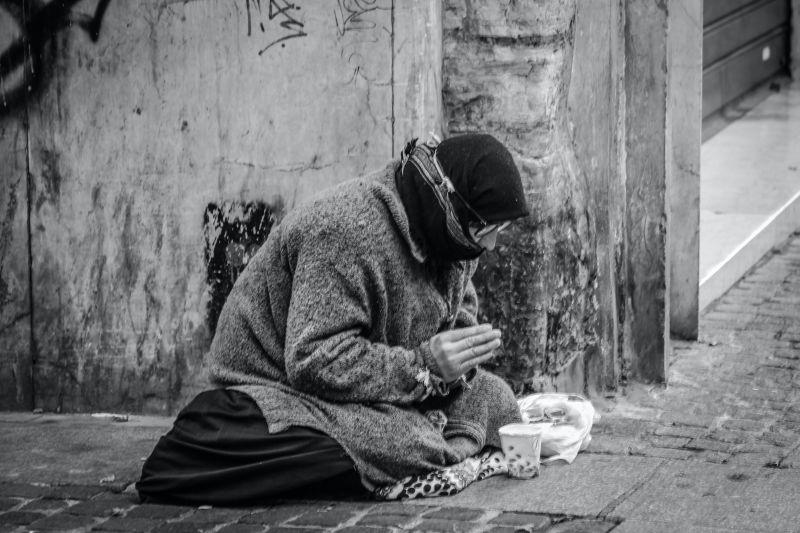 ▲在各國的城市巷弄旁,或多或少都會出現街友或弱勢行乞。(示意圖/翻攝Pexels)